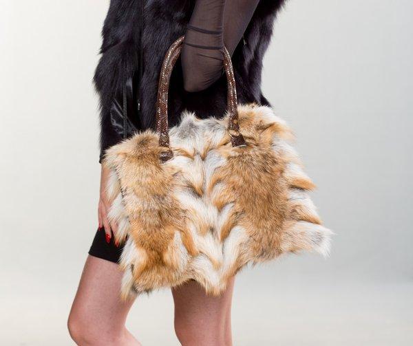 Sự kết hợp hoàn hảo với áo lông thú và váy ngắn thời thượng