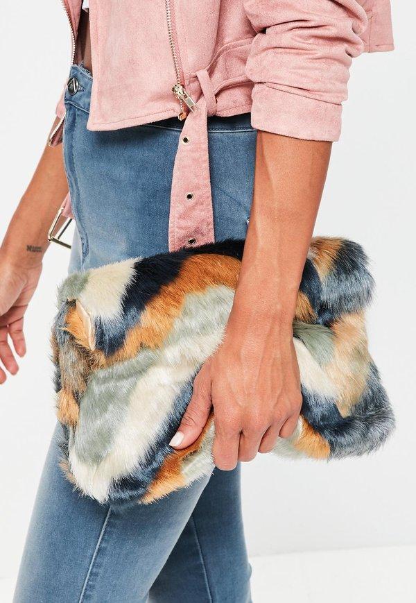 Mix túi lông cùng quần jean và áo khoác ngắn rất thời thượng