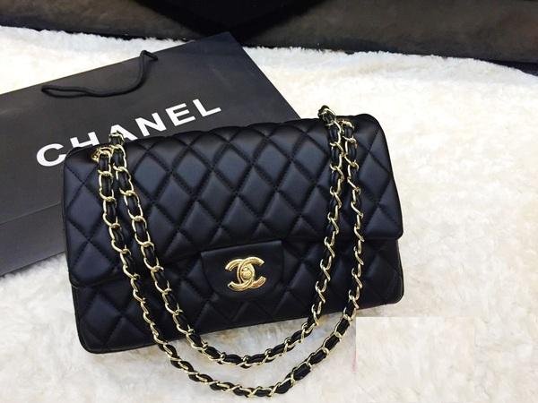 Chanel luôn lựa chọn cho mình gam màu đen sang trọng để thể hiện đẳng cấp quý phái