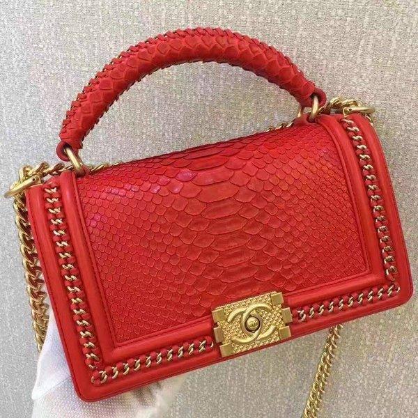 Mẫu túi xách hàng hiệu Chanel chất liệu da trăn đang được rất nhiều quý cô săn lùng