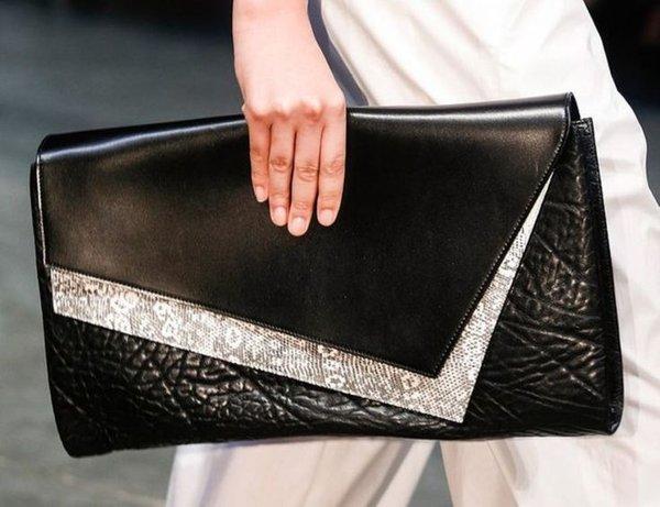 Chiếc ví xách cầm tay phối da cực kỳ sang trọng và độc đáo
