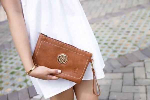 Form túi rộng, hình chữ nhật rất trẻ trung, cá tính cho nàng thể hiện phong cách