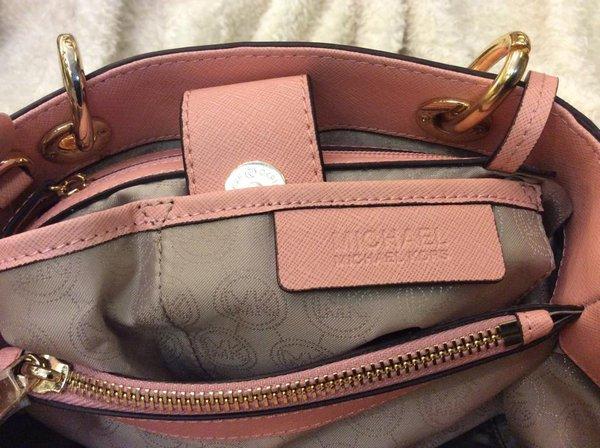 Logo túi xách MK được gia công tinh xảo đến từng chi tiết
